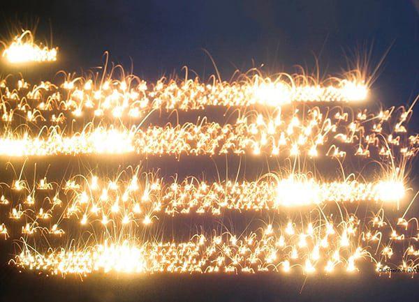 Funkenmeer: Laser verschweißen Metallpulver / Shower of sparks: Lasers fuse metal powder