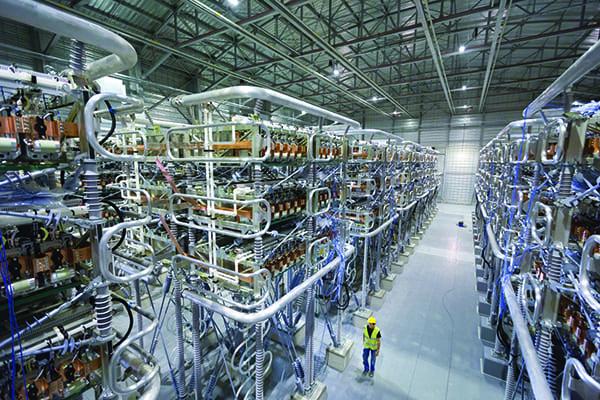Konverterhalle einer Stromrichterstation der HGÜ-Verbindung zwischen Frankreich und Spanien: HVDC-Plus-IGBT-Stromrichtermodule für 1000 MW. Converter hall of a converter station of the HVDC transmission link between France and Spain: HVDC Plus IGBT converter modules for 1000 MW.