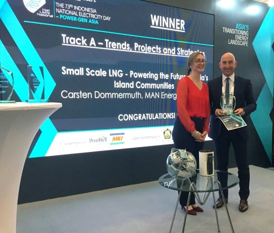 Carsten Dommermuth, Senior Manager, International Business Development, MAN Energy Solutions accepts the Power-Gen Asia 2018 'Best Paper' award from Dr Heather Johnstone, Event Director for Power-Gen Asia