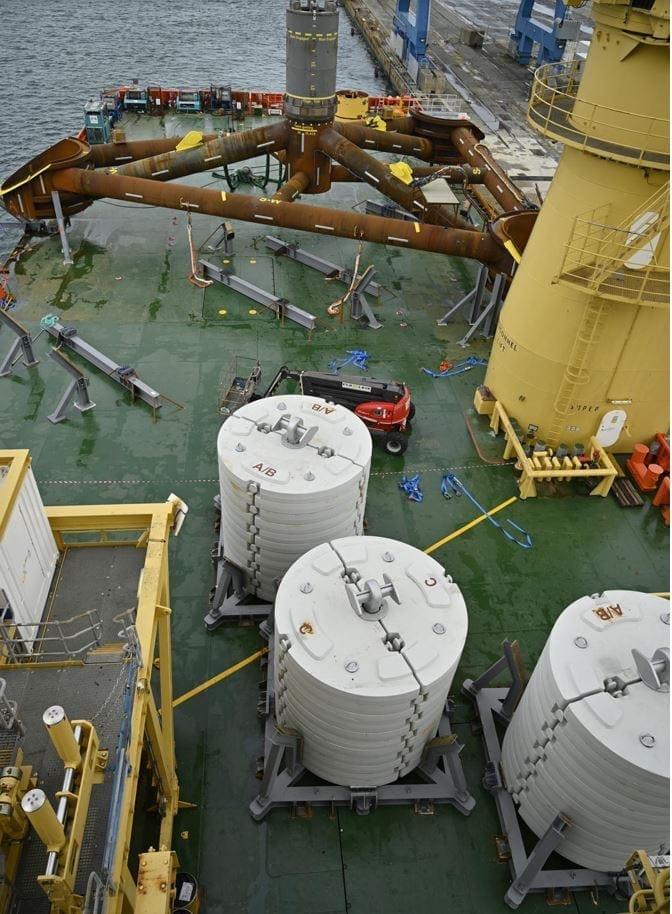 FMGC-Ballasts-on-deck-Ocean-Installer